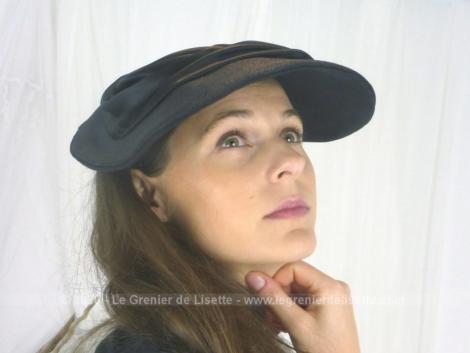 Ancien chapeau noir plat sur le dessus et incurvé sur les coté, avec ruban nori satiné, années 40/50 , totalement vintage.