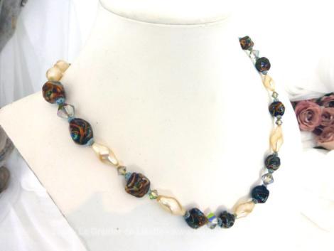 Voici ancien collier réalisé en perles de verre nacrées et en pierres polies. Montées sur un fil épais, toutes les perles sont calées par des noeuds.
