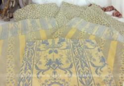 Voici un lot de 8 coupons différents de tissus ameublement réversibles dans les tons de bleu et beige avec fleurs, rayures ou anges de 35 x 45 cm.
