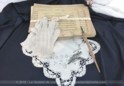 Composition shabby autour de la musique, avec d'anciennes partitions cartonnées, un mouchoir de mariée, un pince nez, une paire de gants au crochet et un porte plume. Décoration unique.