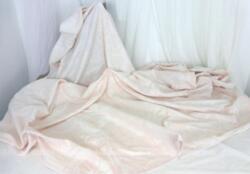 Superbe nappe ronde tout en damassée blanc et rose poudré sur 220 cm de diamètre.