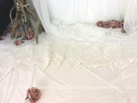 Voici un ancien rideau, format brise bise fait main au crochet en fil de coton épais et mesurant 145 x 28 cm.