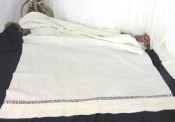 Ancien rideau en drap de coton de 75 x 110, brodé de monogrammes OP ainsi que de fleurs et agrémenté d'un grand jour de Venise.