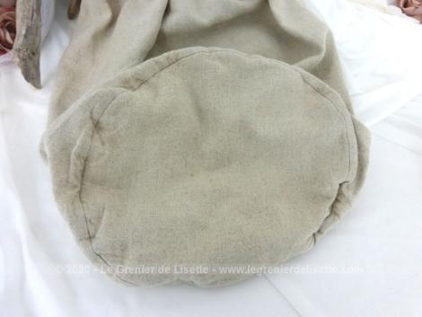 Voici un superbe sac de forme marin en belle toile écru et brodé des monogrammes BC ou BT.
