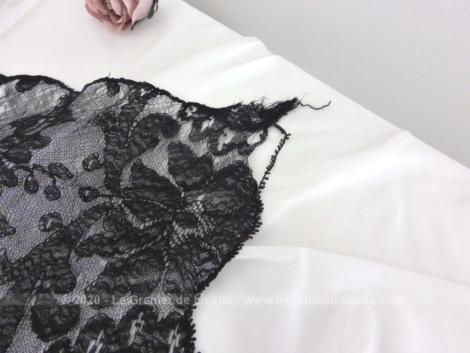 Ancienne étole rectangulaire dentelle noire ancienne de 35 x 125 cm en belle et délicate dentelle noire aux dessins de volutes remplie de charme.