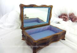 Voici une ancienne boite à bijoux des années 50 avec son capitonnage bleu ciel et son miroir .