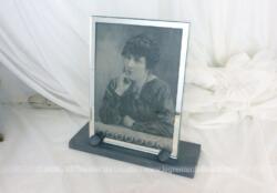Ancien porte-photos bois revisité avec son cadre en verre et miroir et son support en bois teinté en gris, avec photo libre de droit . Pièce unique.