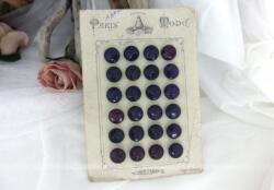 Voici une ancienne plaquette en carton Paris Mode avec ses 24 boutons bordeaux cousus dessus avec au dos sa belle étiquette rétro pour masquer les fils.