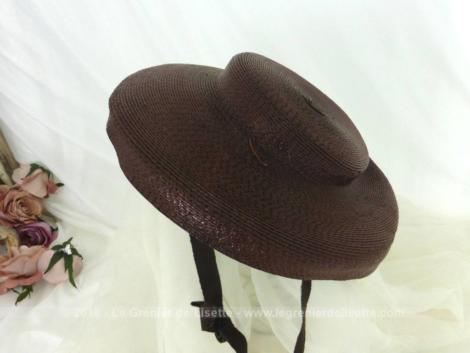 Datant des années 40/50, voici un ancien bibi en sisal marron avec des rebords et lanière pour arriver à le faire tenir dans les cheveux à l'arrière.