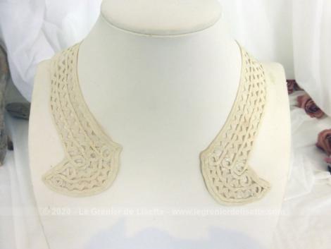 Voici un ancien col en dentelle au ruban couleur ivoire avec comme décoration des retours en forme de demie-lune aux extrémités. Pièce unique.