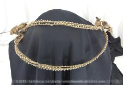 Voici une ancienne couronne diadème de mariée composée de 6 arcs en fleurs de cire datant du début du XX° pour une décoration remplie du charme d'antan.