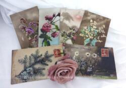 Six anciennes cartes postales de photos de fleurs datant des années 1920 avec les mentions Bonnes Fêtes ou Bonne Année.