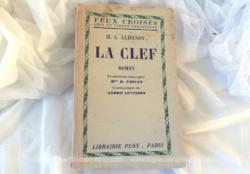 """Ancien livre """"La Clef"""" de M. A. Aldanov, roman traduit du russe avec une dédicace à l'intérieur de l'auteur , datant de 1932."""