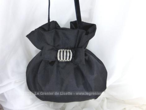 """Voici un belle minaudière, avec le look d'une ancienne, en satin noir avec une boucle en strass de la marque """"Fuchsia Paris""""."""