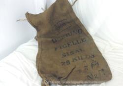Ancien sac en toile de jute épaisse de 95 x 50 cm, portant l'inscription DEETING FICELLE SISAL 25 kg. Avec de nombreuses marques de reprises, couture et trous. Du pur authentique.