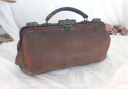 Ancienne sacoche médecin ou infirmier cuir fauve datant du siècle dernier mesurant 37 cm de long, 21 cm de haut et 16 cm de large avec une doublure usée à l'intérieur.