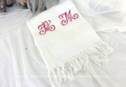 Adorable ancienne serviette en coton nid d'abeille brodée des monogrammes AM. Elle mesure 58 x 80 cm + 4 cm de franges en haut et en bas.