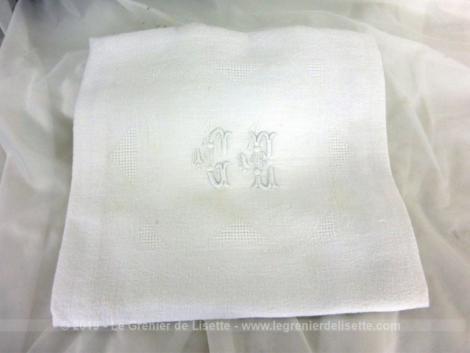 Ancienne serviette monogrammes GC de 62 x 72 cm en coton blanc damassé avec les initiales brodées et placées au centre.