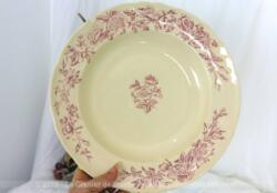 Grand plat creux rose en faïence Longchamp modèle Eglantine, en terre de fer, de 30 cm de diamètre et 4 cm de profondeur.