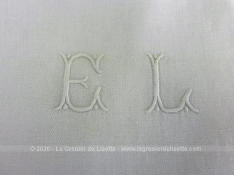 Voici un lot de 6 anciennes serviettes en damassé blanc de 72 x 68 cm brodées des monogrammes EL au centre.