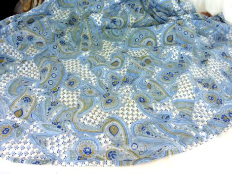 Originale nappe ronde de 150 cm de diamètre réalisée avec différents tissus en coton bleu et cousus entre eux façon Quilt.