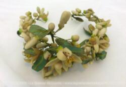 Ancienne petite couronne de mariée aux fleurs de cire . Fin XIX° ou tout début XX°.