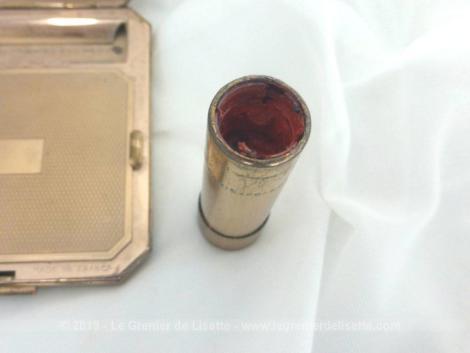 Voici un vintage et ancien poudrier en métal doré avec rouge à lèvres incorporé, encore de la poudre et une petite houppette.