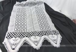 Ancien petit rideau de 78 x 50 cm fait main au crochet avec incrustation de dentelle et se terminant par des triangles.