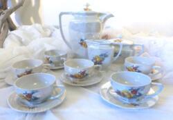 """Un service à café complet en faïence estampillé """"Made in Tchécholosvaquie"""" avec 6 tasses, 6 soucoupes, 1 cafetière verseuse son couvercle et 1 sucrier et son couvercle et un pot à lait . Tout est en faïence semi-vitrifiée et irisées."""