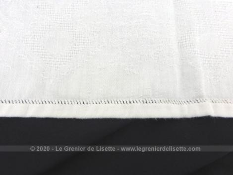 Ancienne serviette ou torchon aux monogrammes JB de 64 x 72 cm en coton blanc damassé avec les initiales brodées et placées au centre.