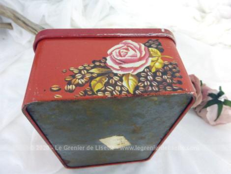 Sur fond rouge, voici une belle boite à biscuits ou à sucre en métal sérigraphie de dessins vintages d'un service café sur un plateau.