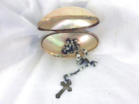 Ancien oeuf qui daterait du XIX°, époque Napoleon III, en super bon état avec son système de fermeture en laiton avec un petit chapelet en perles nacréées plus récent.