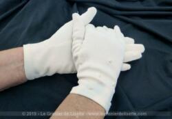Anciens gants de mariée couleur ivoire en lycra avec de petites fleurs brodées dessus.Taille standard.