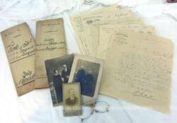 Voici un assortiment unique avec que des documents datant du XIX° avec 2 actes notariés, des photos, des courriers et un pince nez, pour une décoration vraiment très rétro.