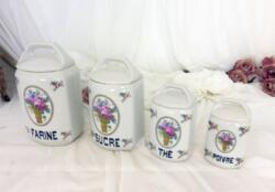 Voici 4 anciens pots à épices, avec couvercle aux décorations de fleurs roses tendance shabby avec un pot à Farine, Sucre, Thé et Poivre.