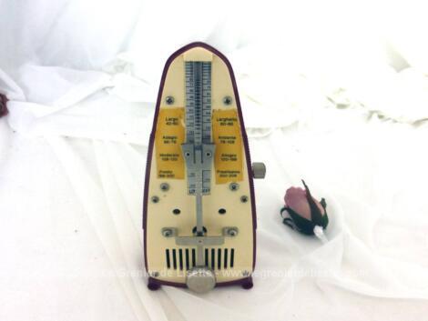 Ancien métronome Piccolo de Taktell Wittner, modèle avec corps en plastique de couleur rouge grenat en bon état de fonctionnement.