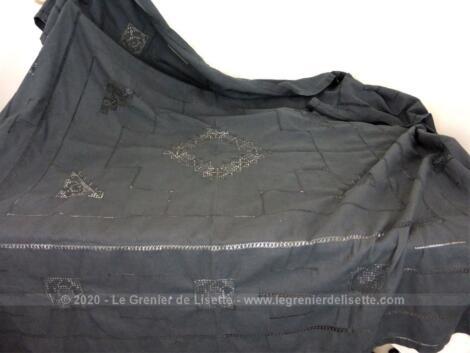 Sur 150 x 170 cm, voici une ancienne nappe rectangulaire teintée en gris ardoise et décorée d'incrustations de dentelle et de jours. Entièrement fait main.