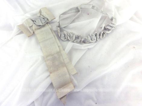 Ensemble de décorations pour tenue de cérémonie avec collier et noeud en tissus moiré de couleur écru légèrement bleuté.