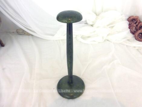 Voici un porte chapeau en bois de 24 cm de haut, tendance shabby avec sa patine vert bronze. Pièce unique