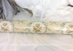 Ancien rouleau de tapisserie aux dessins d'écussons remplis de fleurs jaunes et bleues, pour une tendance très shabby.
