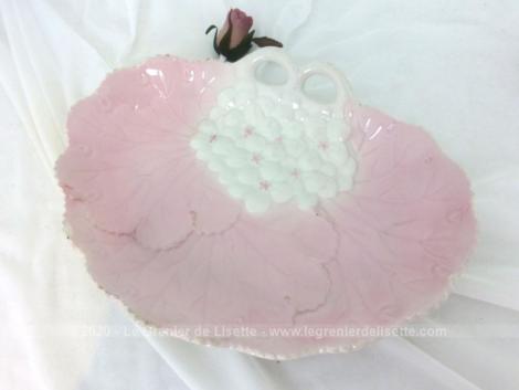 Voici un vide poche ou plat de présentation tout en céramique représentant des feuilles roses les unes sur les autres avec au centre un bouquet de fleurs blanches parsemées de pétales roses.