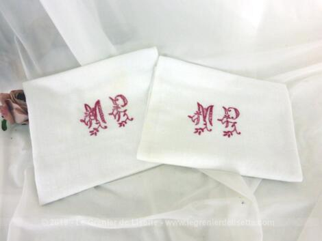 Duo de serviettes damassées aux monogrammes MP brodés à la main en fil rouge au point d'épis.