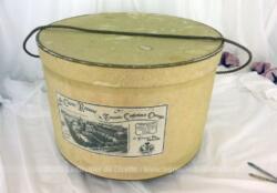 Ancienne boite à chapeaux en carton patiné par le temps de la Boutique Le Charme Retrouvé et de la marque Le Comptoir de Famille .