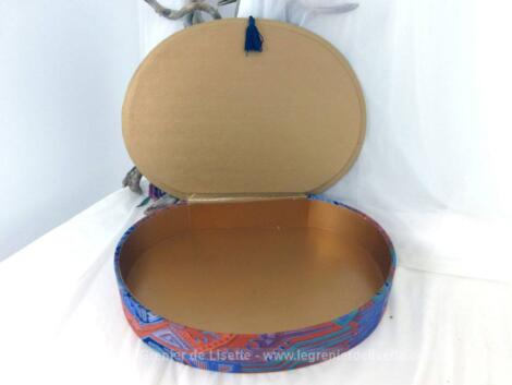 Très vintage, voici une boite en carton ovale, recouverte de tissus bariolé de 35 x 25.5 x 6.5 cm, qui peut se permettre de se prendre pour une vraie boite à couture, à bijoux ou à secrets...