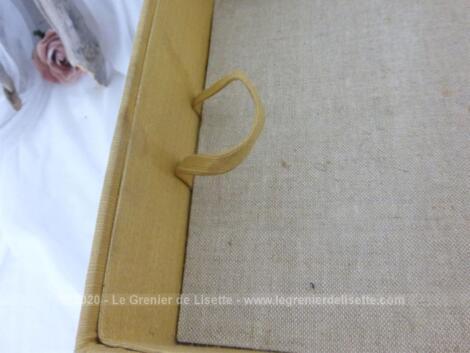 Ancienne boite à couture à étage habillée de tissus qui attend sa nouvelle maison pour retrouver sa belle vie d'avant !