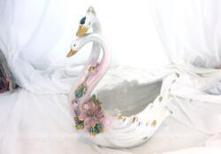 Élégant petit cache pot en céramique aux 2 cygnes enlacés, très tendance shabby avec ses fleurs roses en décoration sur fond couleur nacrée. Made in Italy.