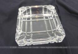 Superbe cendrier en verre de forme carré 12 x 12 x 3.5 cm avec des lignes en creux sur l'extérieur pour mettre en valeur sa forme.