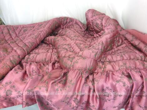 Voici un ancien couvre lit des années 50 en satin fuchsia matelassé de laine de 210 x 150 cm avec 60 cm de volant sur 2 cotés. Idéal pour un lit en 140 ou 150.