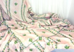 Fait main, voici un couvre-lit réalisé dans un superbe tissus d'ameublement rose shabby de 195 x 115 cm plus 35 cm de volant froncé. Suffisamment de métrages pour vos belles créations!