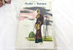 Voici la revue Modes et Travaux du 15 décembre 1934 avec des superbes modèles de robes de jour, de soirée et de fêtes, des explications de modèles au tricot, broderies et couture... sans oublier le patron fourni. Le tout avec des dessins sublimes !